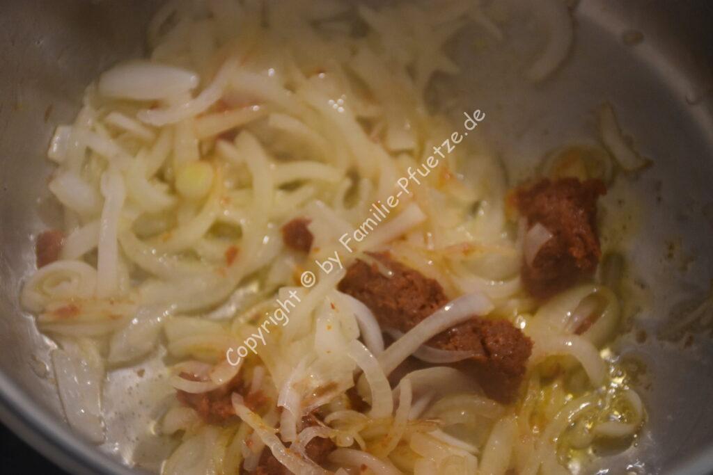 Currypaste in den Zwiebeln